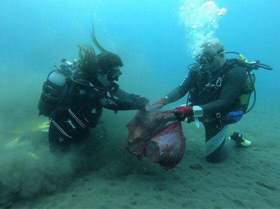 Los buceadores de la Red de Vigilantes retiran los residuos de un galeón hundido